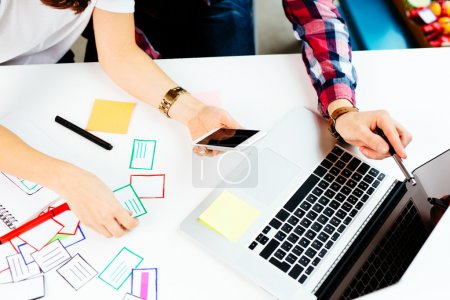 Photo pour Deux concepteurs développant un cadre d'application mobile sur ordinateur portable - image libre de droit