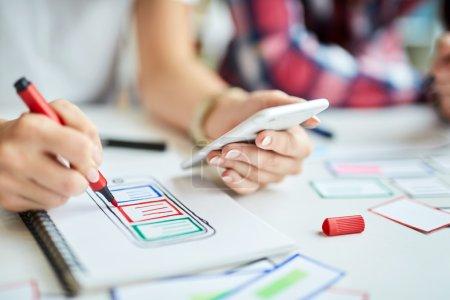 Photo pour Gros plan de Design création prototype d'application mobile - image libre de droit