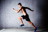 Běžec proti betonové zdi