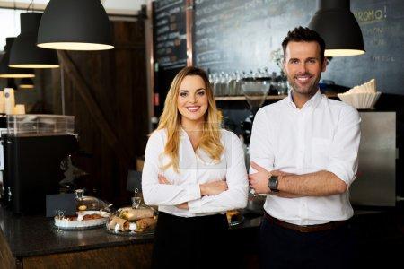 Photo pour Succès de PME debout avec les bras croisés avec l'employé - image libre de droit