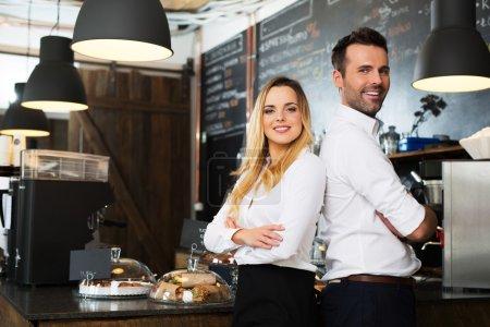 Photo pour Partenaires de petites entreprises debout ensemble dans leur café, café - image libre de droit