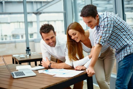 Photo pour Partenaires commerciaux créatifs discutant de documents lors d'une réunion - image libre de droit