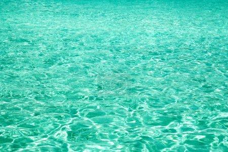 Photo pour Eau bleue dans la piscine en arrière-plan de la mer - image libre de droit