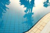 Modrá voda v bazénu