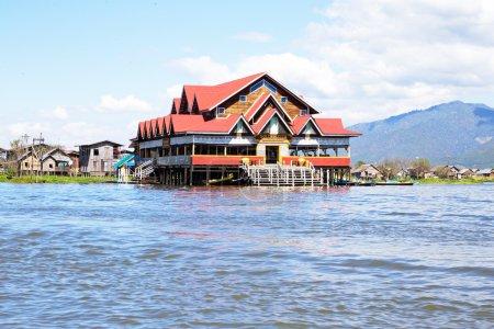 traditionelle schwimmende Dorfhäuser in shan am See inle, myanma