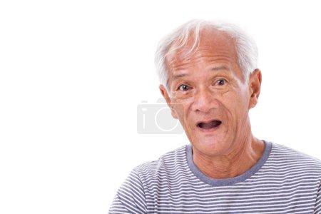 Photo pour Portrait de vieil homme senior avec la maladie de le œil, œil de l'internaute, ptérygion, mauvaise vue - image libre de droit