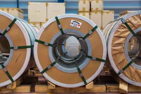 Photo pour Laminés à froid en acier ou silicium bobines d'acier dans la zone de stockage en entrepôt - image libre de droit