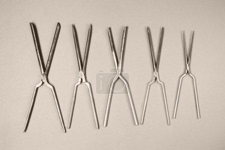 Photo pour Ensemble de vieux fers à friser isolés sur fond blanc - image libre de droit