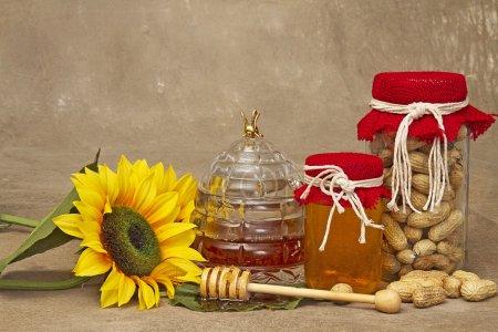 Bocal de ruche abeille avec honeyand baguette, tournesols, pot de cacahuètes