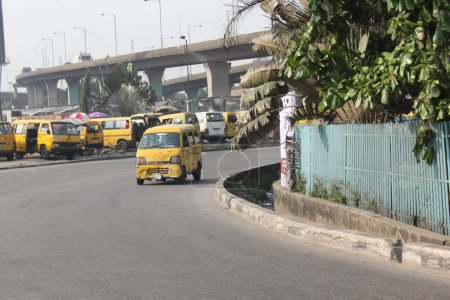 15 janvier 2021, la perspicacité de l'autobus transportant des personnes à la marina Lagos. une dame profite d'une bouteille de boisson gazeuse