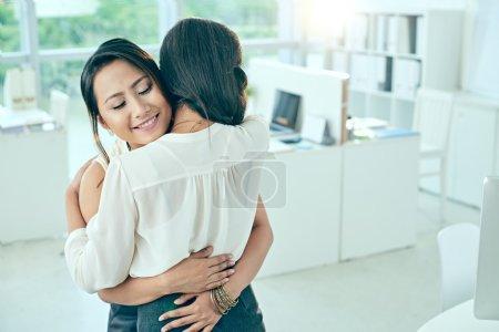 Photo pour Portrait de deux jeunes femmes d'affaires ayant la réconciliation - image libre de droit