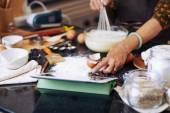A digitális tábla recept olvasó nő