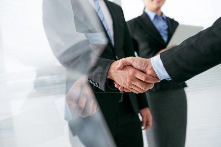 Entrepreneur de serrer la main du partenaire