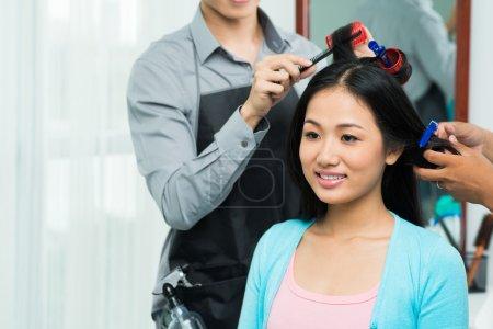 Photo pour Coiffeur cheveux bouclés de jeune femme vietnamienne - image libre de droit