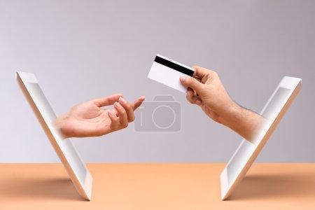 Photo pour Concept d'achat en ligne : main de l'homme payant ses achats en ligne avec carte de crédit - image libre de droit