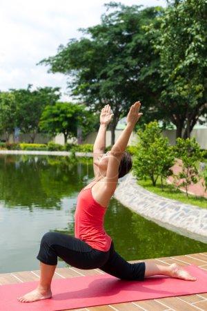 Photo pour Instructrice de yoga féminine faisant des exercices - image libre de droit
