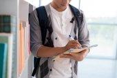 Student psaní ve své učebnici