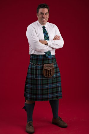 Photo pour Bel homme souriant en costume traditionnel écossais - image libre de droit
