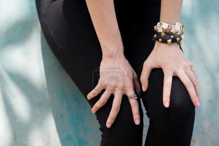 Photo pour Gros plan de femme les mains sur ses jambes - image libre de droit