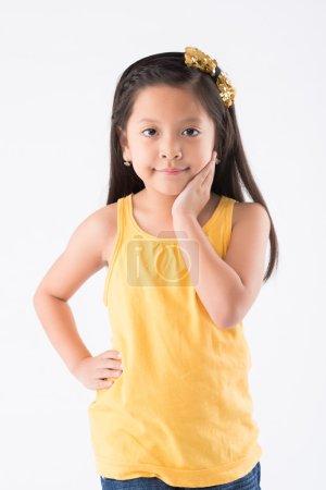 Photo pour Portrait de petite fille souriante regardant la caméra - image libre de droit