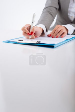 Photo pour Cropped image de femme gestionnaire contrat de vérification - image libre de droit
