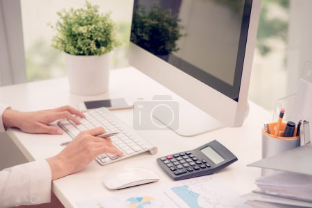 Photo pour Mains de gestionnaire financier travaillant sur ordinateur - image libre de droit