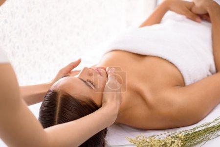 Photo pour Visage de massage de cosmétologue sur la jeune femme - image libre de droit