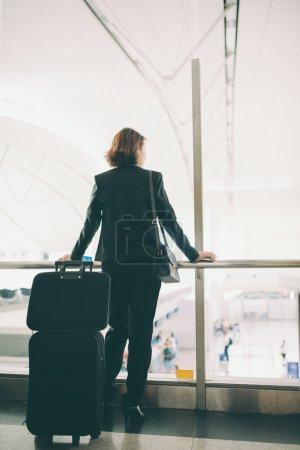 Photo pour Femme voyageuse d'affaires à l'aéroport, vue de l'arrière - image libre de droit