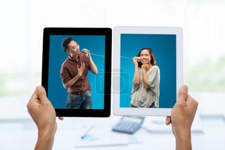 Photo pour Jeune homme asiatique utilisant un téléphone en étain pour chanter une chanson pour ses photos de petite amie sur des tablettes numériques : concept de connexion Internet - image libre de droit
