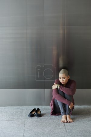Photo pour Femme déprimée pleurant assise sur le sol - image libre de droit