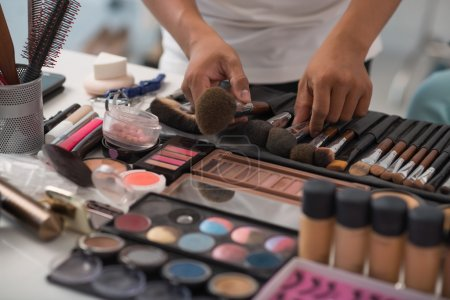 make-up artist Choosing right brush