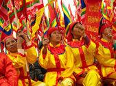 Eine Gruppe von unbekannten Tänzerin mit ihren bunten Drachen am 4. Mai 2013 in Nam Dinh, Vietnam