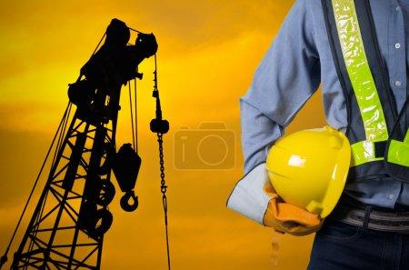 inżynier, trzymając kask żółty