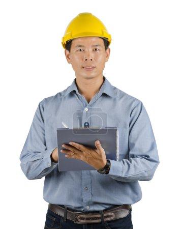 Photo pour Ingénieur asiatiques debout portant jaune casque de sécurité isolé sur fond blanc avec un tracé de détourage. - image libre de droit