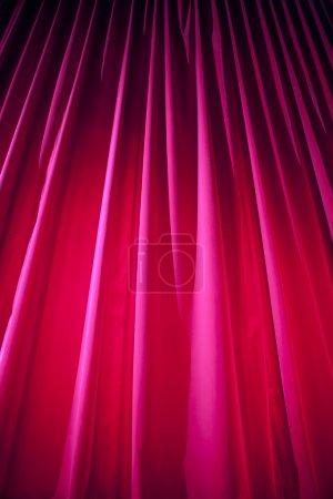 Photo pour Rideau de théâtre avec éclairage dramatique - image libre de droit