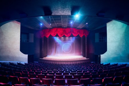 Photo pour Rideau de théâtre et de la scène avec un éclairage dramatique - image libre de droit