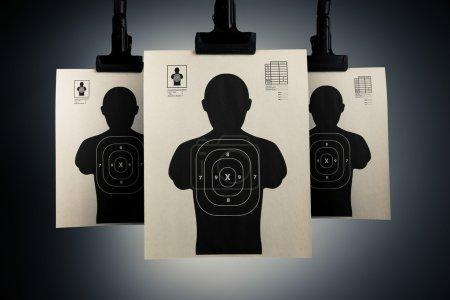 Photo pour Cibles de tir suspendues sur un fond gris - image libre de droit