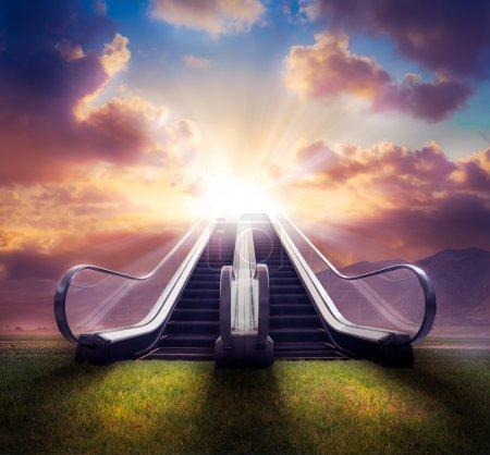Foto de Escalera al concepto de cielo. Compuesto de fotos con alto contraste - Imagen libre de derechos