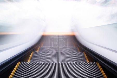 Photo pour Escalator vide descendant avec flou de mouvement - image libre de droit