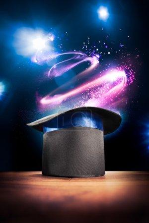 Photo pour Image à contraste élevé du chapeau de magicien sur une scène - image libre de droit