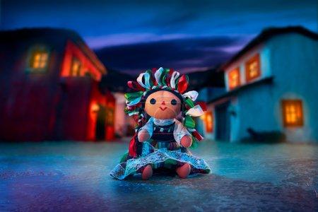 Photo pour Poupée mexicaine en chiffon dans une robe traditionnelle la nuit - image libre de droit