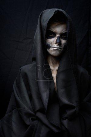 Photo pour Adolescent en colère avec cape crâne de maquillage - image libre de droit