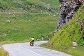 Fagaras hory, Rumunsko - 21 července 2014: neidentifikovaný cuple cyklistů na silnici v fagaras hory, Rumunsko. Cyklistika je jednou z nejpopulárnějších sportů dobrodružství na světě