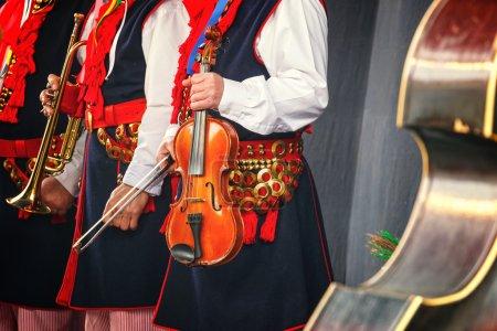 Photo pour Musicien folklorique avec contrebasse - image libre de droit