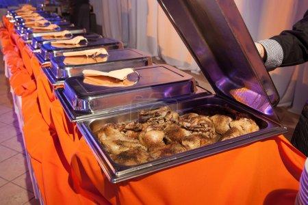Photo pour Plateaux repas servis sur les tables de banquet - image libre de droit