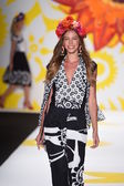 Model procházky dráhy na desigual v mercedes-benz fashion week jaro 2015