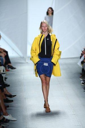 Foto de Un modelo entra a la pista a lacoste durante la moda de mercedes-benz primavera semanas 2015 en 06 de septiembre de 2014 en la ciudad de nueva york - Imagen libre de derechos