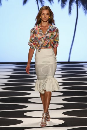 Foto de NEW YORK, NY - SEPTEMBER 05: A model walks the runway at Nicole Miller during Mercedes-Benz Fashion Week Spring 2015 at Lincoln Center on September 5, 2014 in NYC. - Imagen libre de derechos