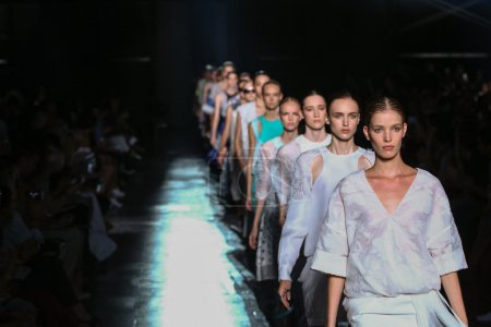 Photo pour NEW YORK, NY - 06 SEPTEMBRE : Des mannequins défilent sur la piste finale du défilé Prabal Gurung lors de la Fashion Week Printemps 2015 de Mercedes-Benz le 6 septembre 2014 à New York - image libre de droit