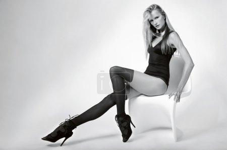 Photo pour Modèle avec des jambes longues sexy posant assez à fond blanc studio - image libre de droit